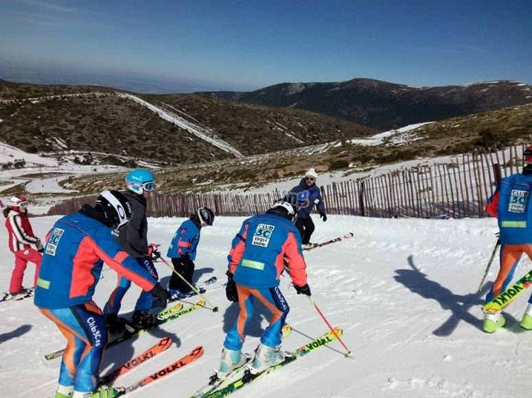 Grupo de niños aprendiendo a esquiar