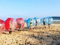 Zorbing en la playa de santander