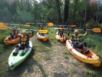 Preparando los remos para el descenso en kayak