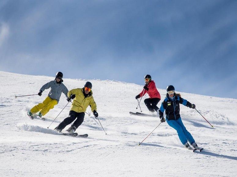 Bajando la pista de esqui