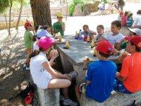 Snacking al tavolo di granito