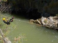 Tirolina encima del rio