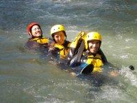 Tres participantes en el agua