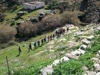 登山运动在单一文件中的瀑布步行