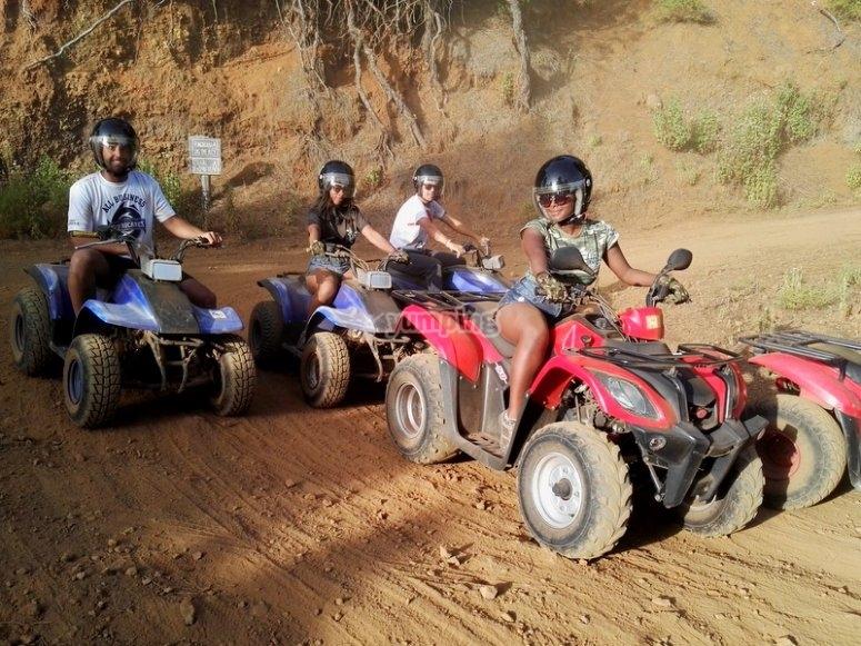 Grupo de quads en tierra
