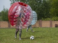 Corriendo tras la pelota en las burbujas gigantes