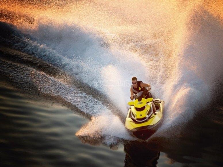 montado en la moto de agua