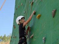 在攀岩墙上爬