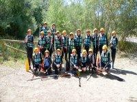 Preparados para el descenso de rafting