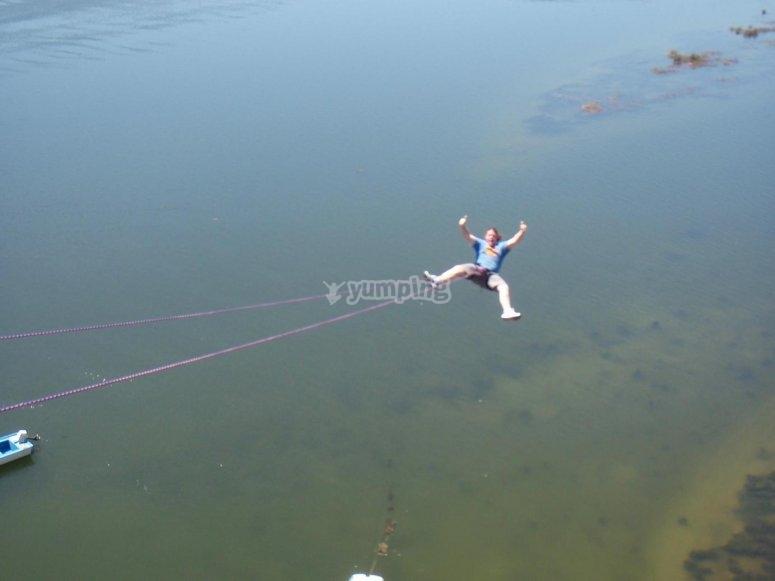 Salto de puenting sobre el agua