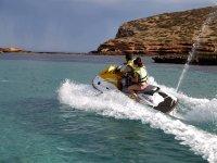 在Es Vedra乘坐摩托艇