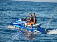 摩托艇在伊维萨岛
