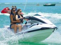 乘坐摩托艇的女孩