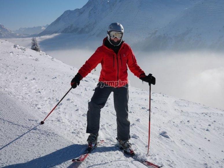 Esquiador con todo el equipo