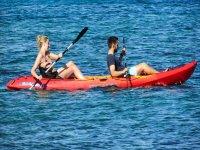 皮艇在沙滩上享受大海海