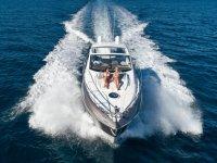 在甲板上享受日光浴