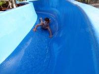nino tirandose por un tobogan de una piscina.JPG