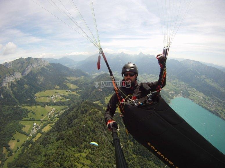 驾驶滑翔伞时自拍照