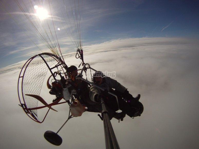 云层之间的滑翔伞
