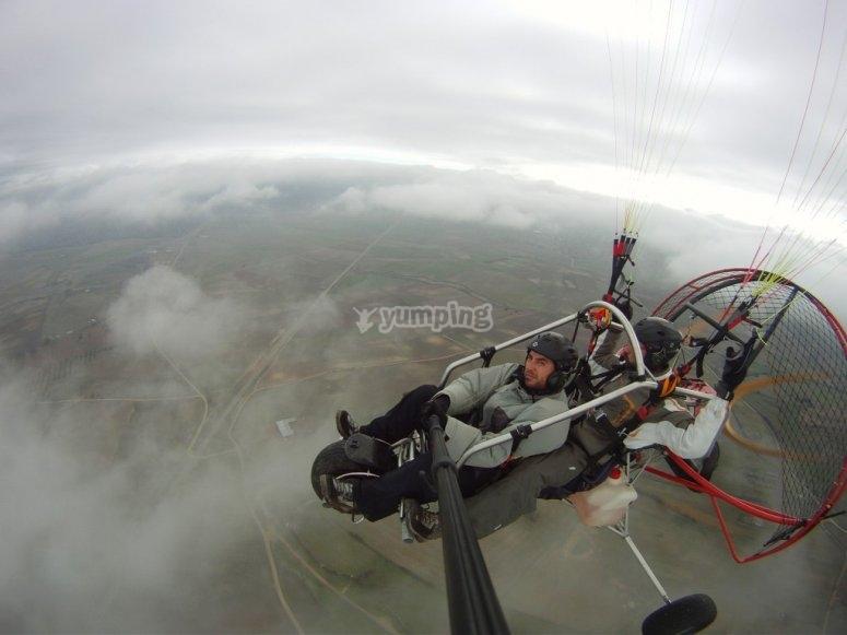 在云层中滑翔伞飞行