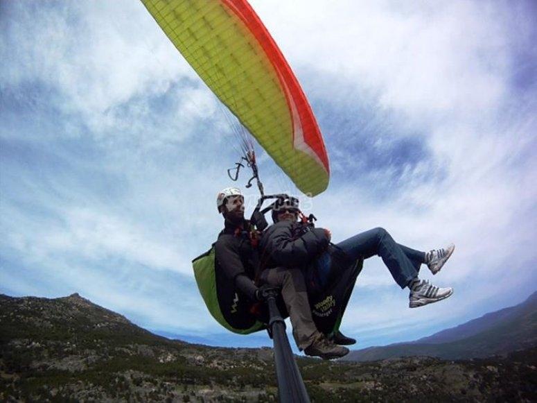 在两座滑翔伞中飞行