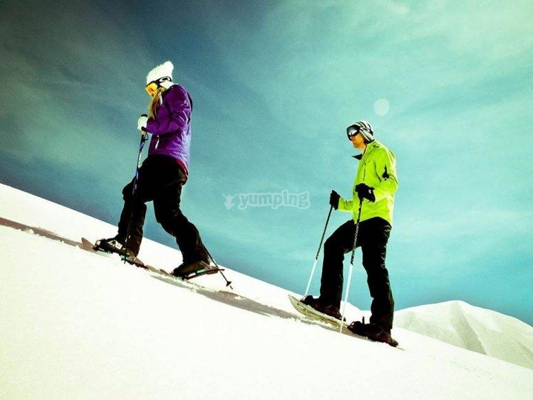 personas realizando esqui de montana