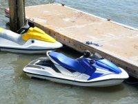 Motos de agua en el embarcadero