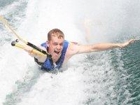 Arrastrandose en el agua con las rodillas
