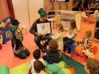 A los niños les encanta las historias del cuentacuentos