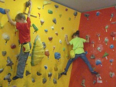 儿童在巴塞罗那区的攀岩课程