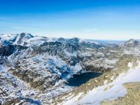 比利牛斯山的冰冻湖