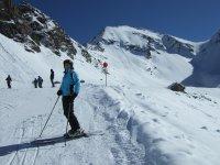 Esquiando en la cima nevada