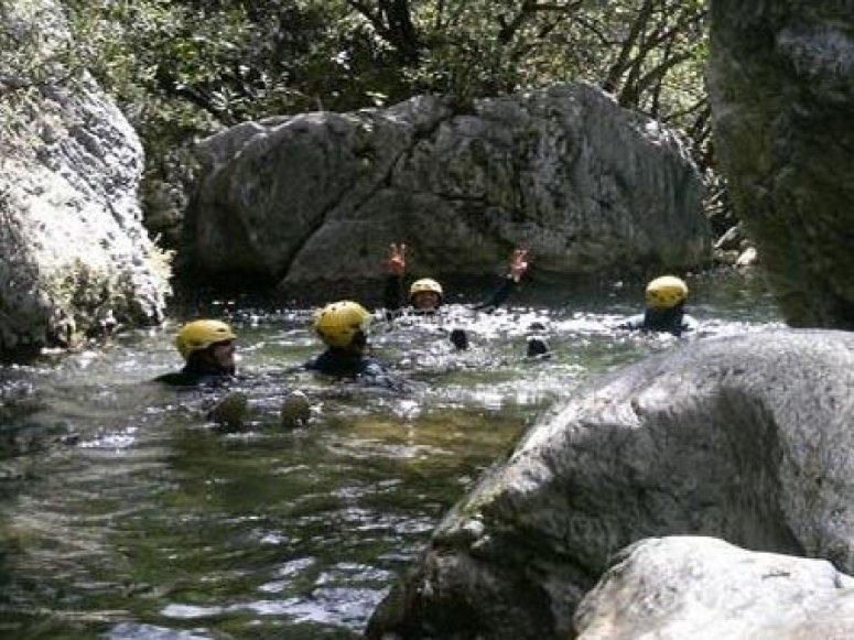 en una piscina natural.
