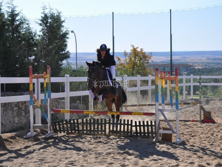 Aprendiendo a saltar a caballo