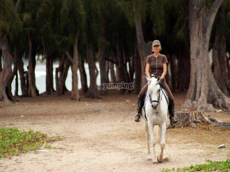 mujer paseando a caballo