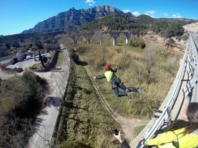 距离蒙特塞拉特的蹦极跳30米
