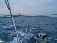L'île Alboran au fond