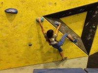年轻的登山者寻找合适的支撑点
