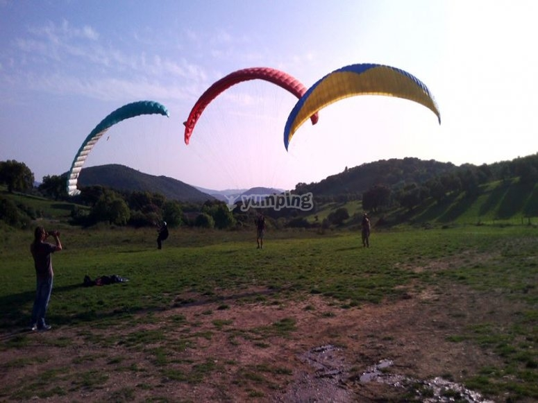 三个滑翔伞组