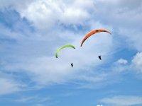 日落时滑翔伞飞行