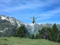 Vislumbrando los Pirineos nevados desde el helicóptero