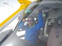 Copiloto saludando desde la cabina del helicóptero
