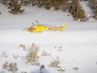 直升机飞越滑雪者
