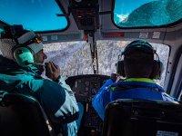 Pilotos en la cabina del helicóptero