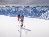 Soleado día para la ruta con raquetas de nieve