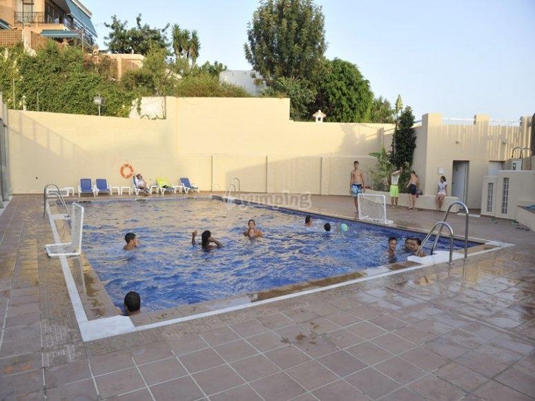 在游泳池畅游