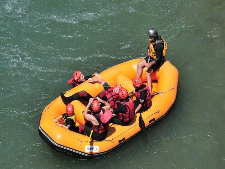 Balsa de rafting en un remanso de agua