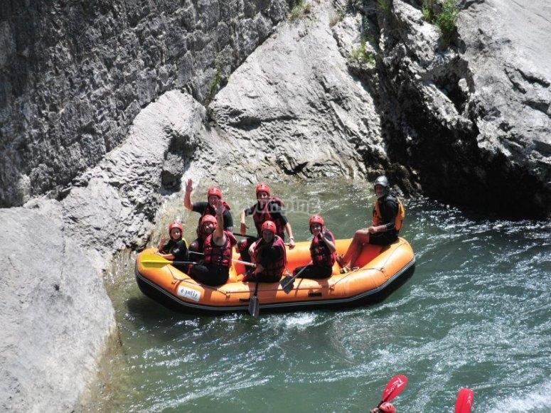 Descanso en el descenso de rafting