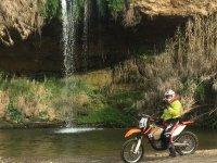 摩托车在瀑布