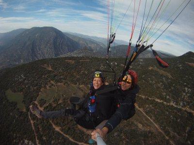 在比利牛斯山脉徒步旅行/球拍和滑翔伞
